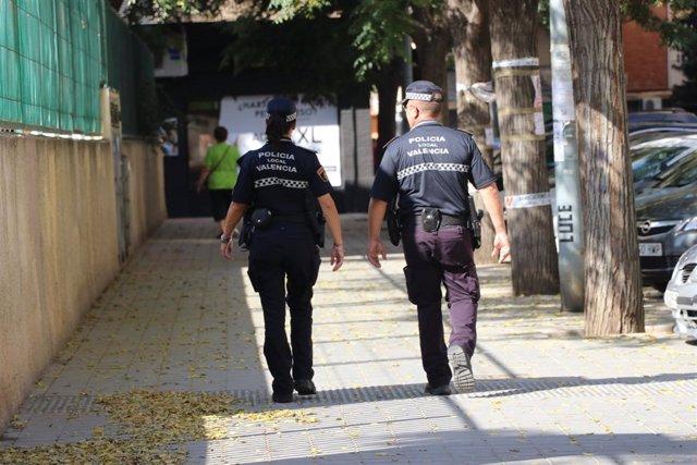 Dos agentes de la Policía Local por Valncia