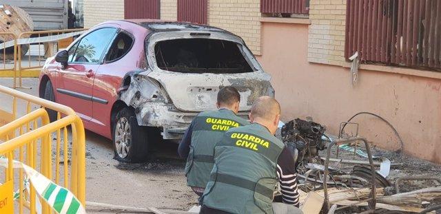 Uno de los coches quemados