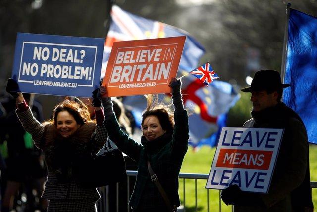 Manifestantes a favor del Brexit junto al Parlamento británico