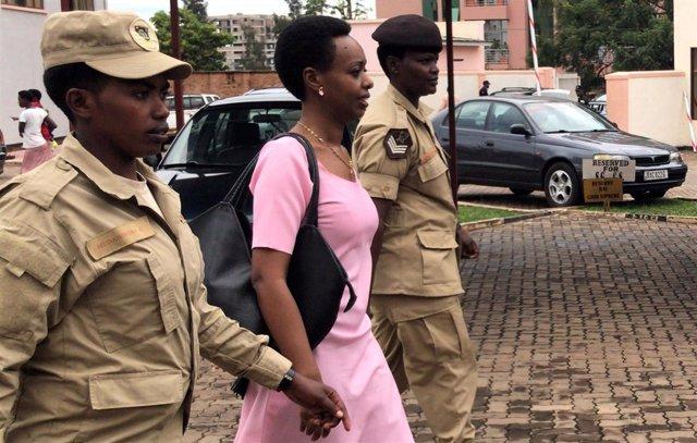 Diane Rwigara, opositora ruandesa, escoltada a un tribunal en Kigali