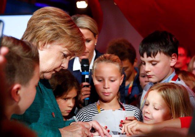 La canciller alemana, Angela Merkel, en un acto con niños (archivo)