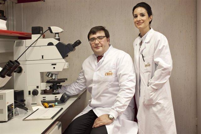 David Olmos y Elena Castro, investigadores del CNIO