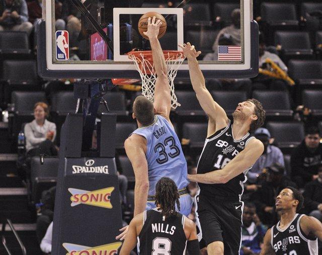 Marc Gasol (Memphis Grizzlies) machaca ante su hermano Pau (San Antonio Spurs)