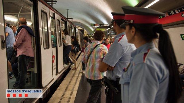 Mossos patrullant al Metro de Barcelona