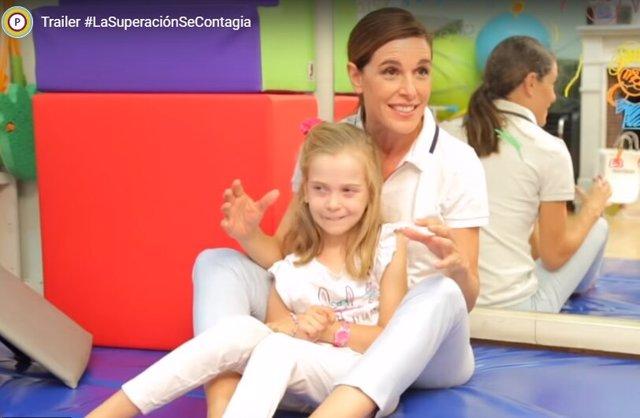 Raquel Sánchez Silva con una niña de la Fundación Cadete