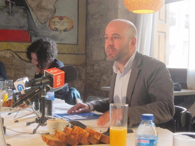 El portavoz de En Marea, Luís Villares, en un desayuno informativo
