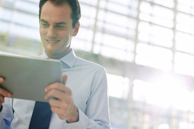 Uso de dispositivos móviles, tablet, luz azul