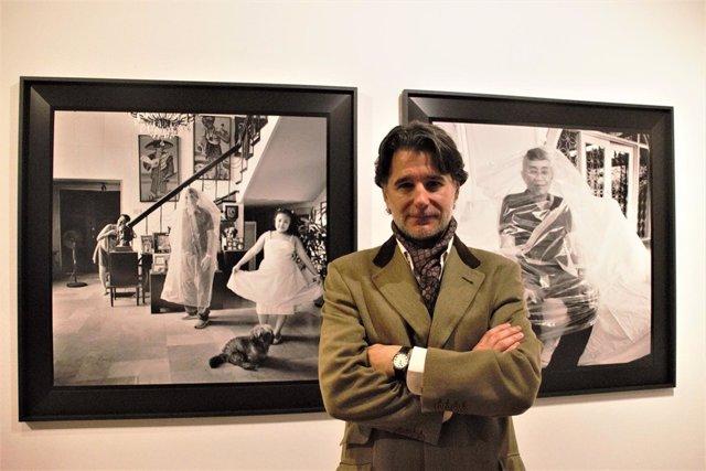 El fotógrafo Bernardo Aja junto a dos obras de su exposición EntreMuros
