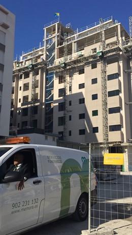 Edificio donde se ha precipitado un obrero en Cádiz