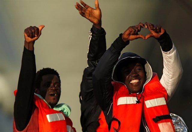 Migrantes rescatados en el Mediterráneo llegan a Malta