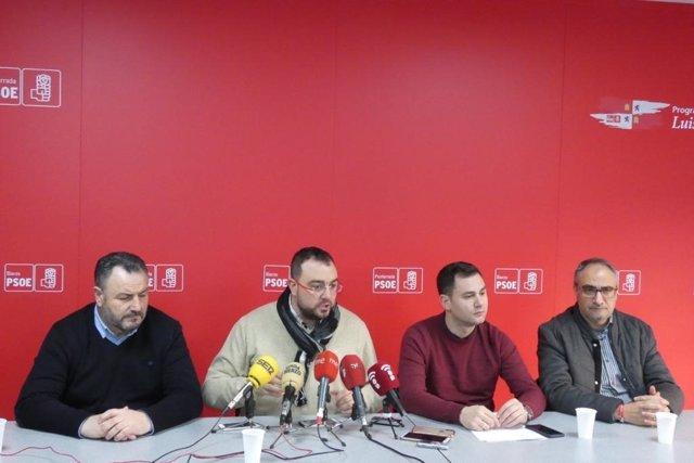 Adrián Barbón, con socialistas de León