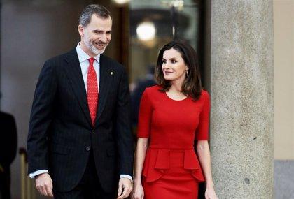 La Reina Letizia vuelve a elegir el rojo para apoyar a los deportistas españoles