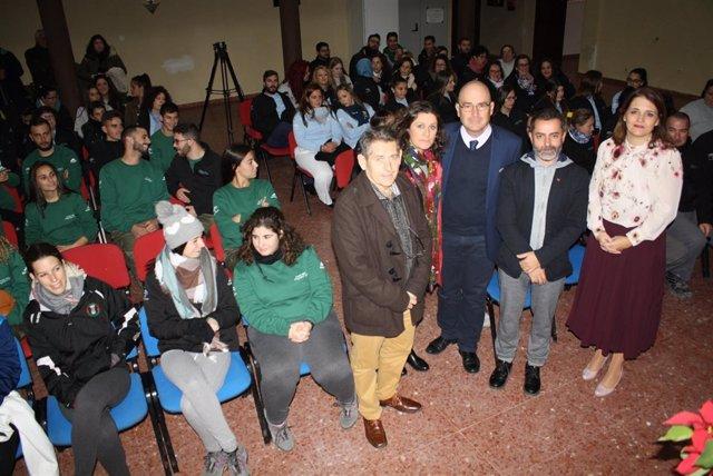 Carmona (centro), durante el encuentro con participantes de las iniciativas