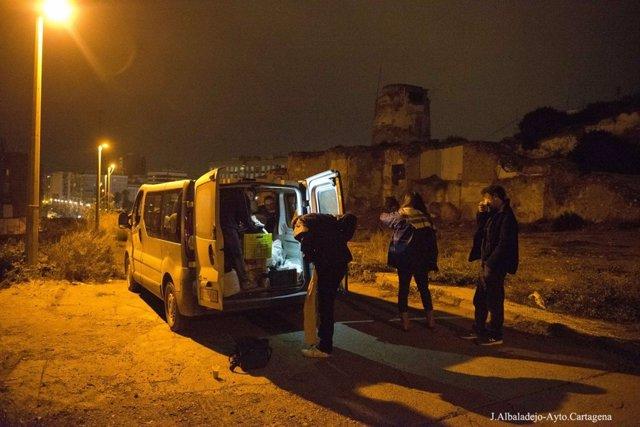Voluntarios de la campaña Ola de Frío llevan a cuatro personas sin hogar