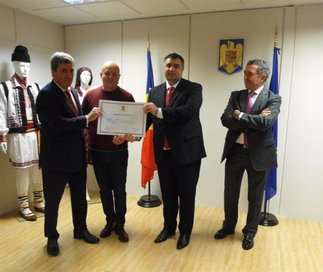 Xabier Basañez recibe el diploma de excelencia de Rumanía
