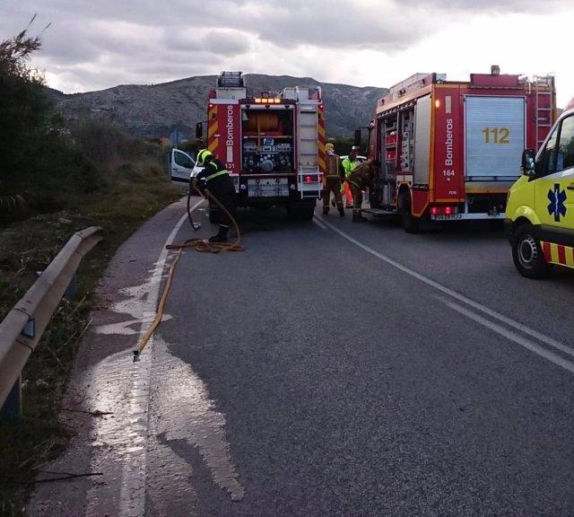 Los bomberos intervienen en el accidente de Pedreguer