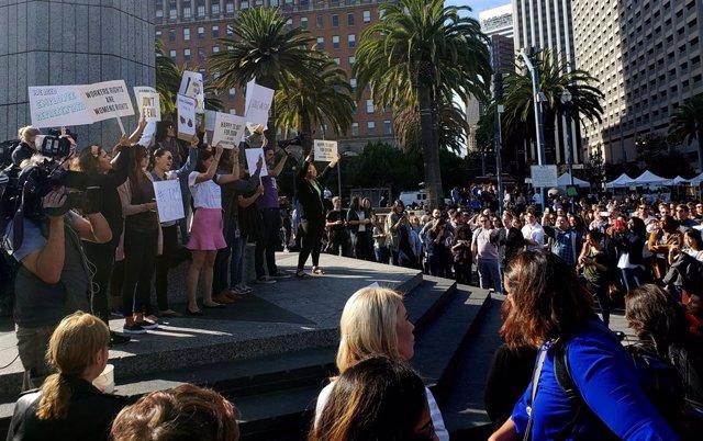 Protesta a favor de los derechos de la mujer en las oficinas de Google
