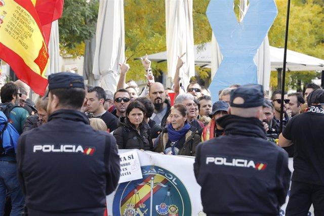 Policías y guardias civiles de Jusapol presionan ante el Congreso por la equipar