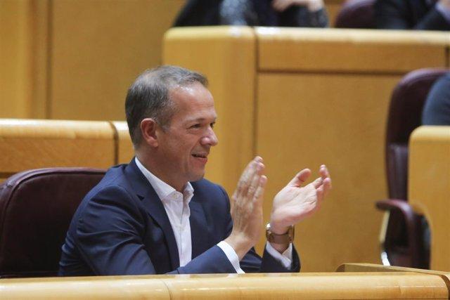 Ander Gil, portavoz socialista en el Senado, aplaude durante un Pleno.