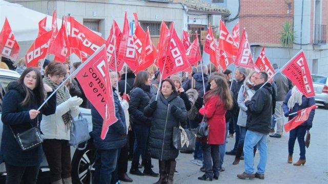 Trabajadoras de Raspeig se concentran ante la Consejería de Hacienda