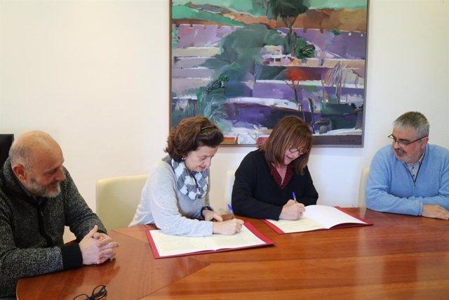 La consellera, F. Santiago; la directora territorial de Fundación IRES, Capell