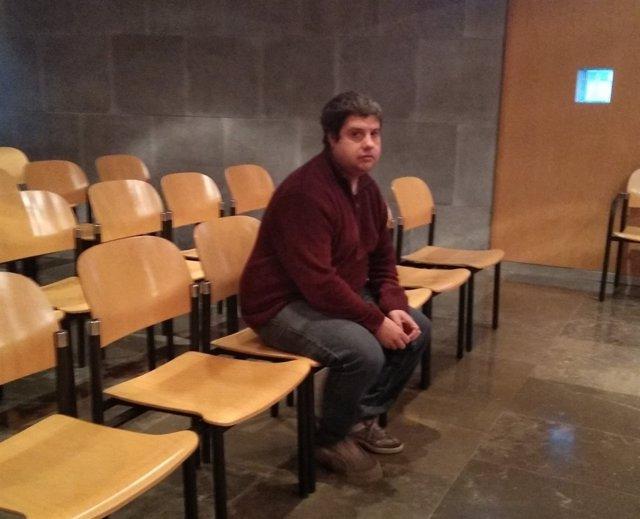 El acusado por maltrato animal sentado en el banquillo de los acusados.