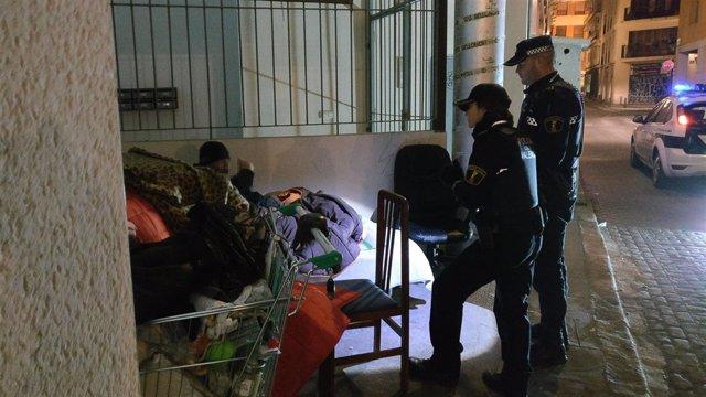 Policía Local de Valncia atiende a personas sin hogar por el frío