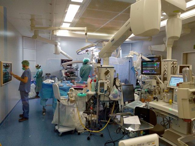 Operació en un quiròfan híbrid de l'Hospital Vall d'Hebron
