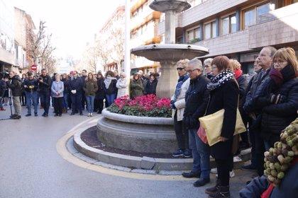 """Cinc minuts de silenci a Banyoles, ciutat """"trasbalsada"""" per la mort a ganivetades de la dona a mans de la filla"""