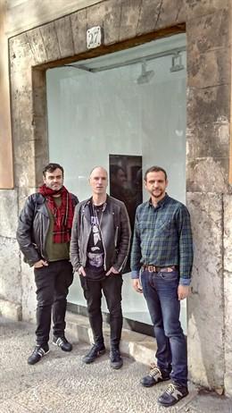 El artista vasco Sergio Prego junto a Llorenç Carrió y Tolo Cañellas