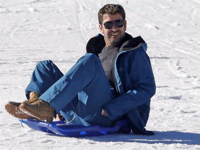 Arturo Valls, todo un padrazo esquiando junto a su hijo Martín