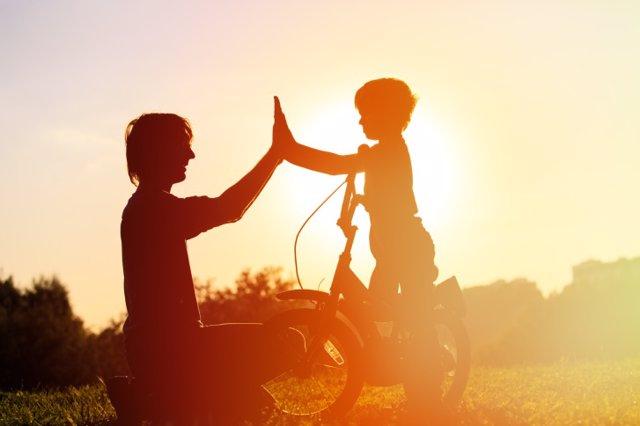 Padre e hijo juegan