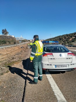 Agentes de la Guardia Civil en el lugar del accidente