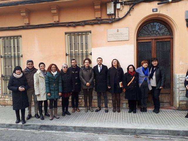Representants de l'àrea de Cultura de Cort davant la casa de JM Llompart