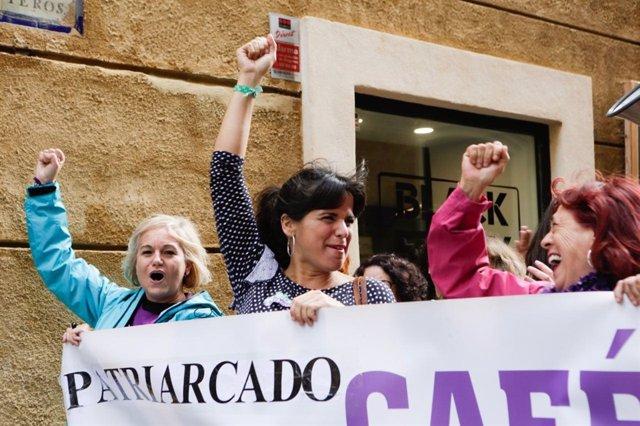 Teresa Rodríguez, en la manifestación por el 25N en Cádiz