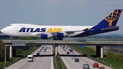 No es un montaje, en Alemania existe un aeropuerto construido sobre una autopista