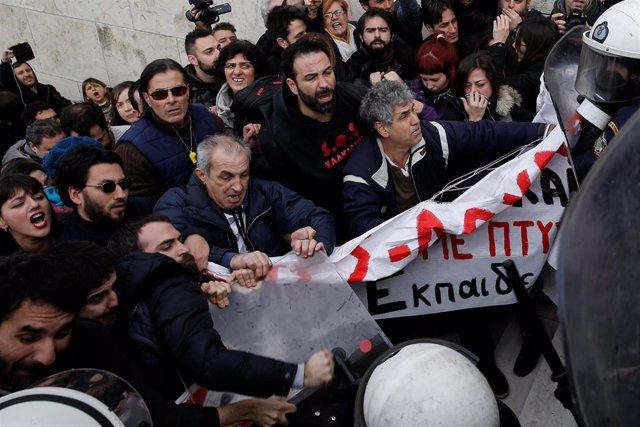 Profesores se manifiestas en Atenas