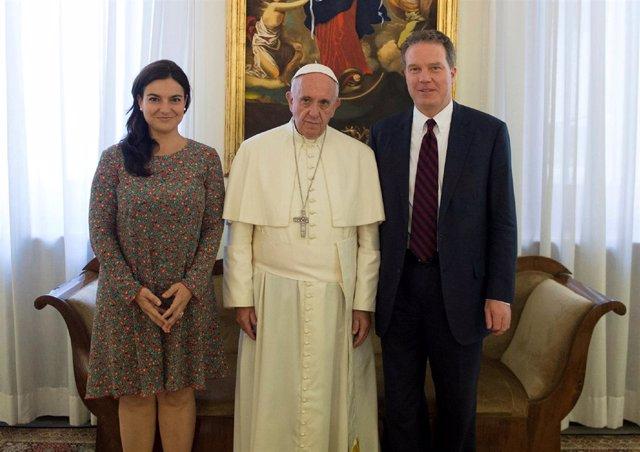 El Papa Francisco con Greg Burke y Paloma García Ovejero