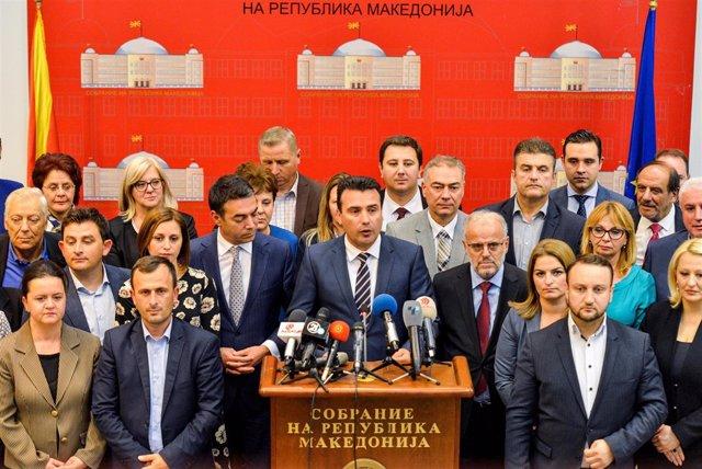 Zoran Zaev en el Parlamento acompañado por parlamentarios