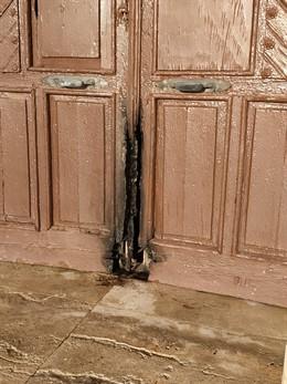 Estado en el que quedó anoche la puerta de la Ermita de Torregarcía