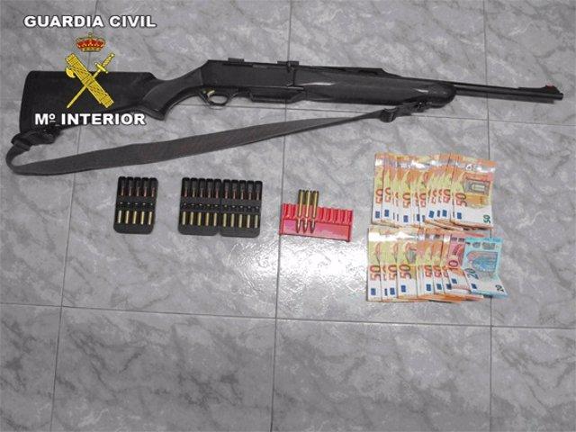 Rifle, munición y dinero intervenido