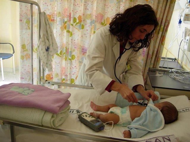 Médica atiende a un bebé