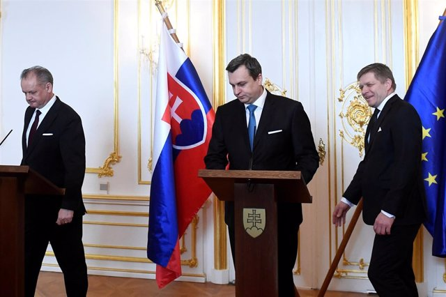 El presidente del  Parlamento de Eslovaquia, Andrej Danko (c)