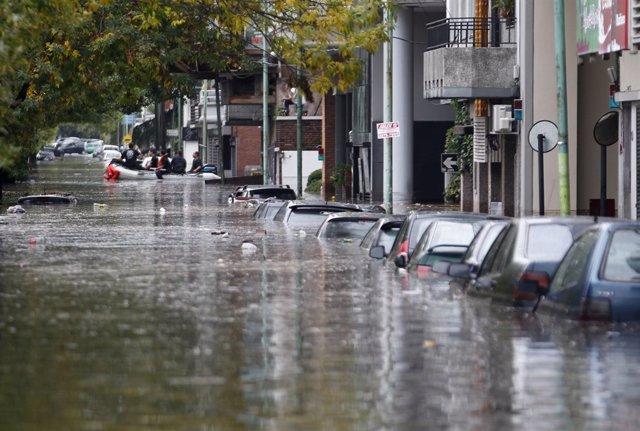 Calles inundadas por las fuertes lluvias en Buenos Aires