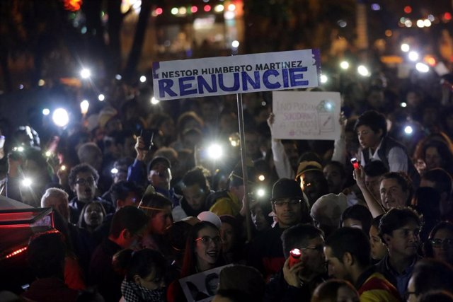 Varios manifestantes piden la dimisión del fiscal general de Colombia