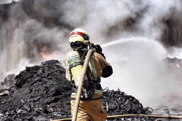 Un bombero en tareas de extinción de un fuego