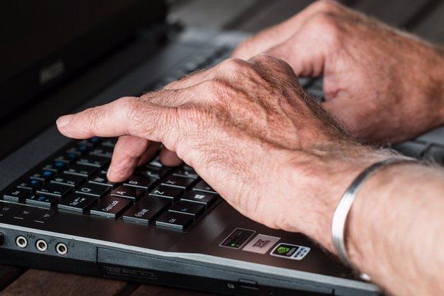 Manos tecleando ordenador