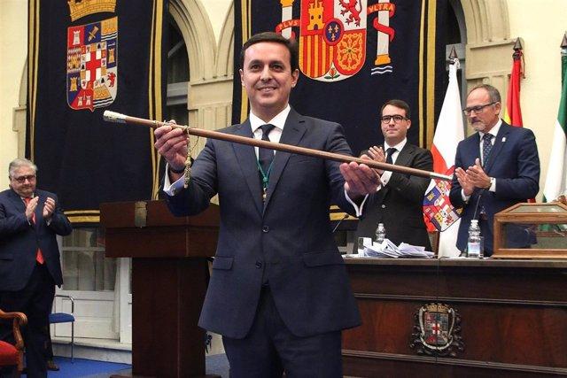 Javier Aureliano García (PP), con el bastón de mando de la Diputación.