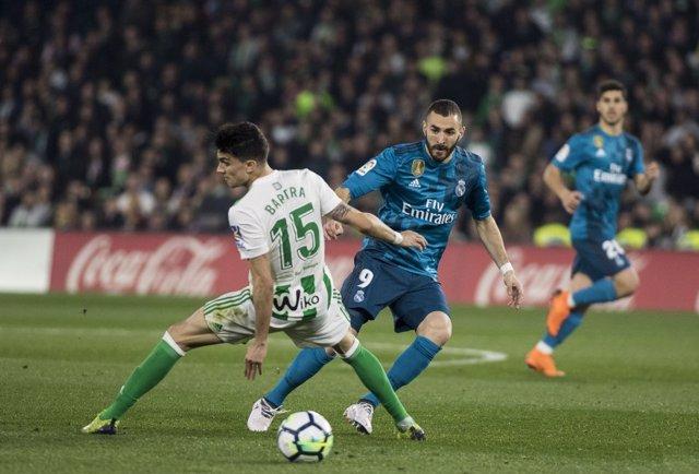Benzema ante Bartra en el Betis - Real Madrid