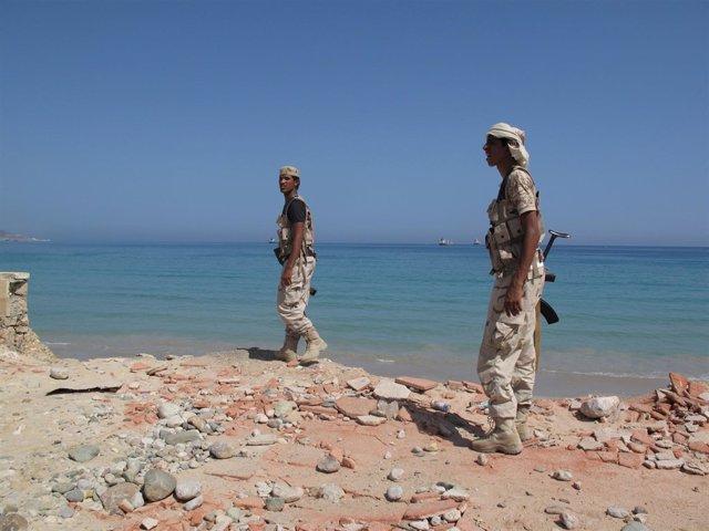 Soldados yemeníes apoyandos por Emiratos en Mukalla (Archivo)